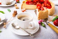 Tasse de gâteau au fromage de cooffee et de fraise Photo libre de droits