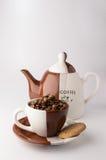 Tasse de grains de café bruns rôtis Image libre de droits