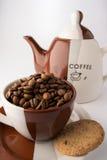 Tasse de grains de café bruns rôtis Image stock