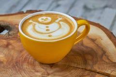 Tasse de Latte avec l'art de bonhomme de neige photographie stock libre de droits