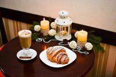 Tasse de latte avec la guimauve et de décoration de Noël sur la table Photo libre de droits