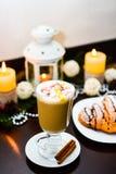 Tasse de latte avec la guimauve et de décoration de Noël sur la table Image stock