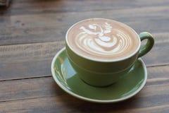 Tasse de latte chaud de café avec le beau style sur la table en bois Images libres de droits
