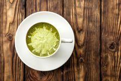 Tasse de latte chaud de thé vert de matcha sur le fond en bois photo stock