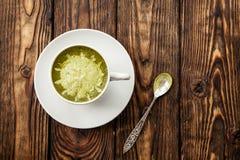 Tasse de latte chaud de thé vert de matcha sur le fond en bois images libres de droits