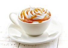 Tasse de latte de caramel images libres de droits