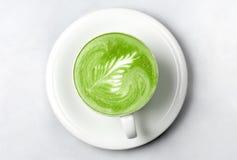 Tasse de latte de thé vert de matcha au-dessus de blanc images stock
