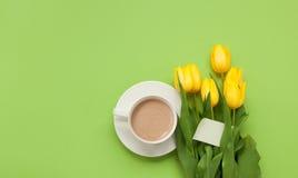 Tasse de Latte et groupe de fleurs Image stock