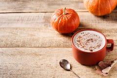 Tasse de latte de potiron, humeur de chute d'automne images stock