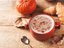 Tasse de latte de potiron, humeur de chute d'automne photo libre de droits