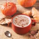 Tasse de latte de potiron, humeur de chute d'automne photo stock
