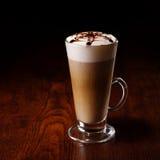 Tasse de Latte sur une table en bois photos stock