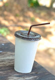 Tasse de livre blanc avec la paille à boire Images libres de droits