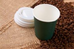 Tasse de Livre vert et grains de café sur la table en bois Photo stock