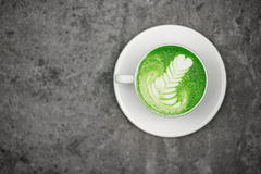 Tasse de matcha de thé vert avec l'art de latte Photographie stock libre de droits