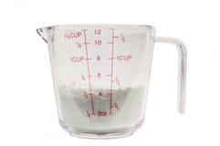Tasse de mesure avec de la farine 1/2 Photos libres de droits