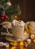 Tasse de Noël de cacao, écharpe, bougie image libre de droits