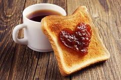 Tasse de pain de thé et de pain grillé avec la confiture Images stock