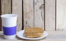 Tasse de pain et de café sur le bureau en bois Photographie stock