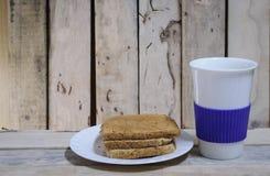 Tasse de pain et de café sur le bureau en bois Photos libres de droits