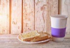 Tasse de pain et de café sur le bureau en bois Photographie stock libre de droits