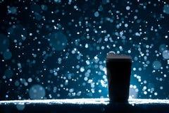 Tasse de papier avec le thé sur le fond de neige ; Images libres de droits