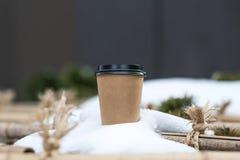 Tasse de papier de café dans la neige images libres de droits