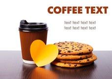 Tasse de papier de biscuits de café et de chocolat avec l'OIN de coeur d'autocollant Photographie stock