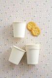 Tasse de papier et biscuit Photographie stock