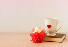 Tasse de petit gâteau et de thé pour le Saint Valentin Photographie stock libre de droits