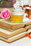 Tasse de pièce en t avec des livres Image libre de droits