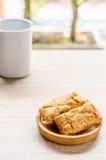 Tasse de pin de café et de pomme sur la table en bois dans le temps de matin Photographie stock libre de droits
