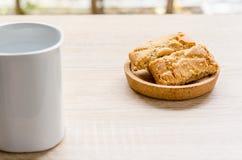 Tasse de pin de café et de pomme sur la table en bois dans le temps de matin Images libres de droits