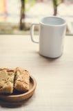 Tasse de pin de café et de pomme sur la table en bois dans le temps de matin Images stock