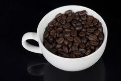 Tasse de pleins grains de café de rôti Images stock