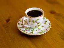 Tasse de porcelaine avec du café noir parfumé images stock