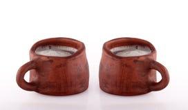 Tasse de poterie de terre de bière images stock