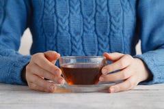 Tasse de prise de femme de thé dans des mains images stock