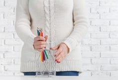 Tasse de prise de femme avec beaucoup crayon de couleur photos stock