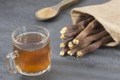 Tasse de réglisse de thé, de poudre et de racines - glabra de Glycyrrhiza images stock