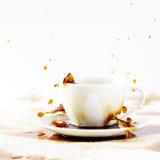 Tasse de renverser le café créant la belle éclaboussure Photographie stock libre de droits