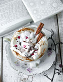 Tasse de Saint-Valentin de café de cappuccino Photographie stock libre de droits