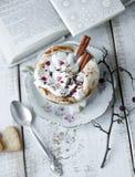 Tasse de Saint-Valentin de café de cappuccino Image libre de droits