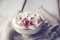Tasse de Saint-Valentin de cappuccino Coffe. Photo libre de droits
