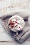 Tasse de Saint-Valentin de cappuccino Coffe. Image stock