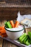 Tasse de sauce à immersion d'ail de fromage bleu avec le bâton de céleri et de carotte Photos stock