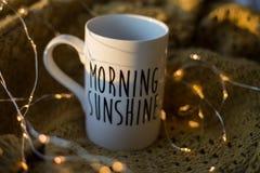 Tasse de soleil de matin avec du café Photo stock