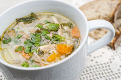 Tasse de soupe à hausse de poulet Image stock