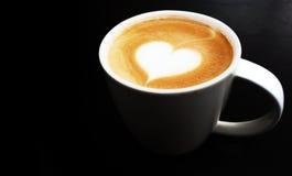 Tasse de symbole de coeur de café d'art de latte photographie stock libre de droits