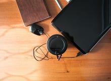 Tasse de téléphone de carnet de souris d'ordinateur portable de café sur un OE brun Photographie stock